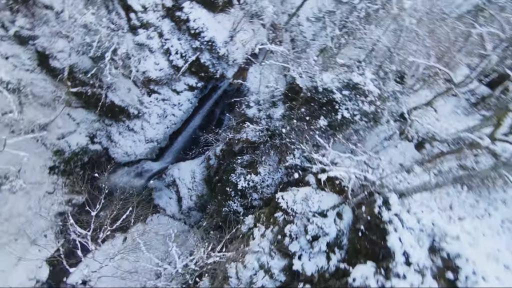 穿越機「刷瀑布」墜潭底 飛手冰天雪地下照樣潛入水撿機