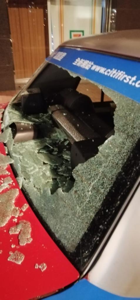 航拍機葵涌從天而降 砸毀的士車尾玻璃 目擊者:鏡頭飛脫