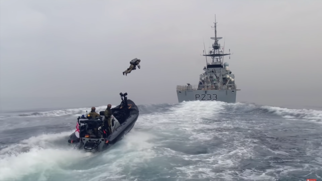 英國海軍演練出動「飛行裝甲 Jet Suit」 輕鬆追上並降落巡邏艦部署攻勢