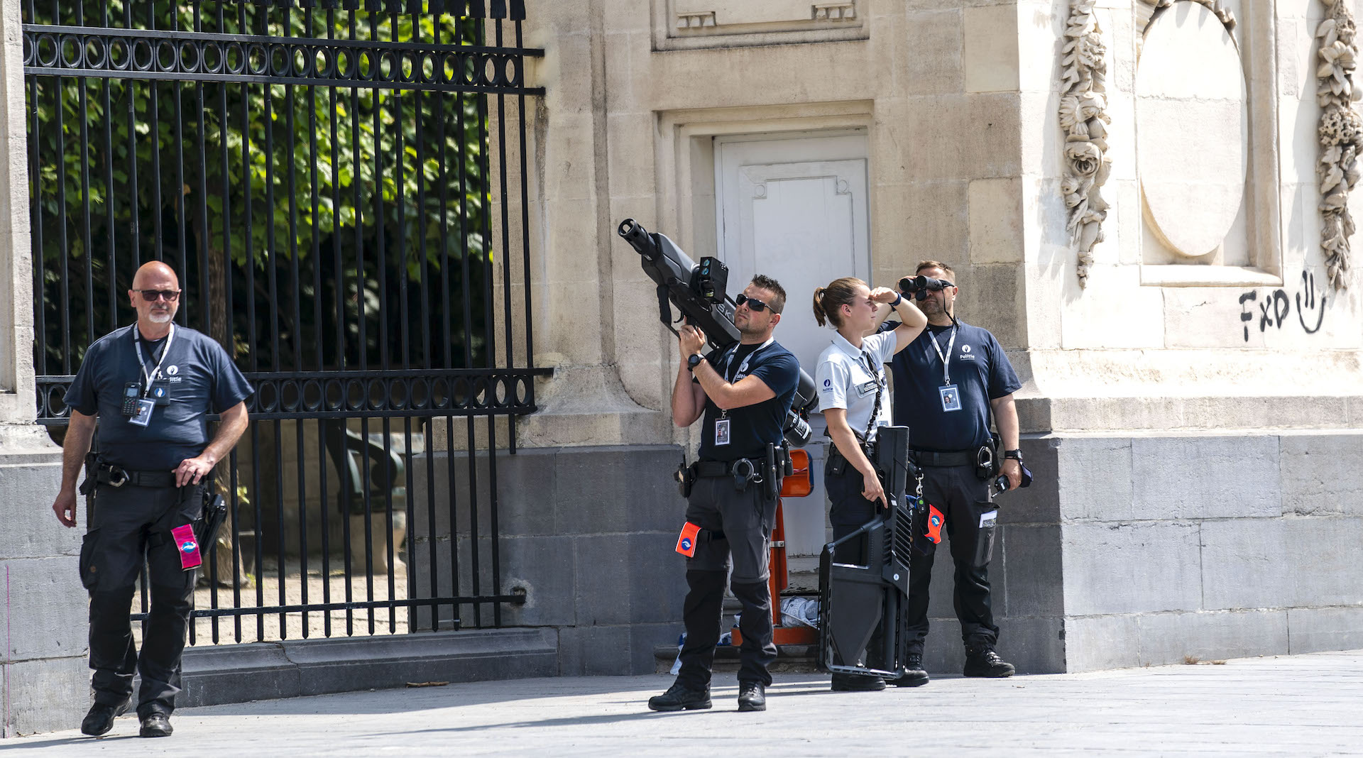 拜登會見比利時國王及首相 王宮外皇警手持兩反無人機槍炮 是哪牌哪款?