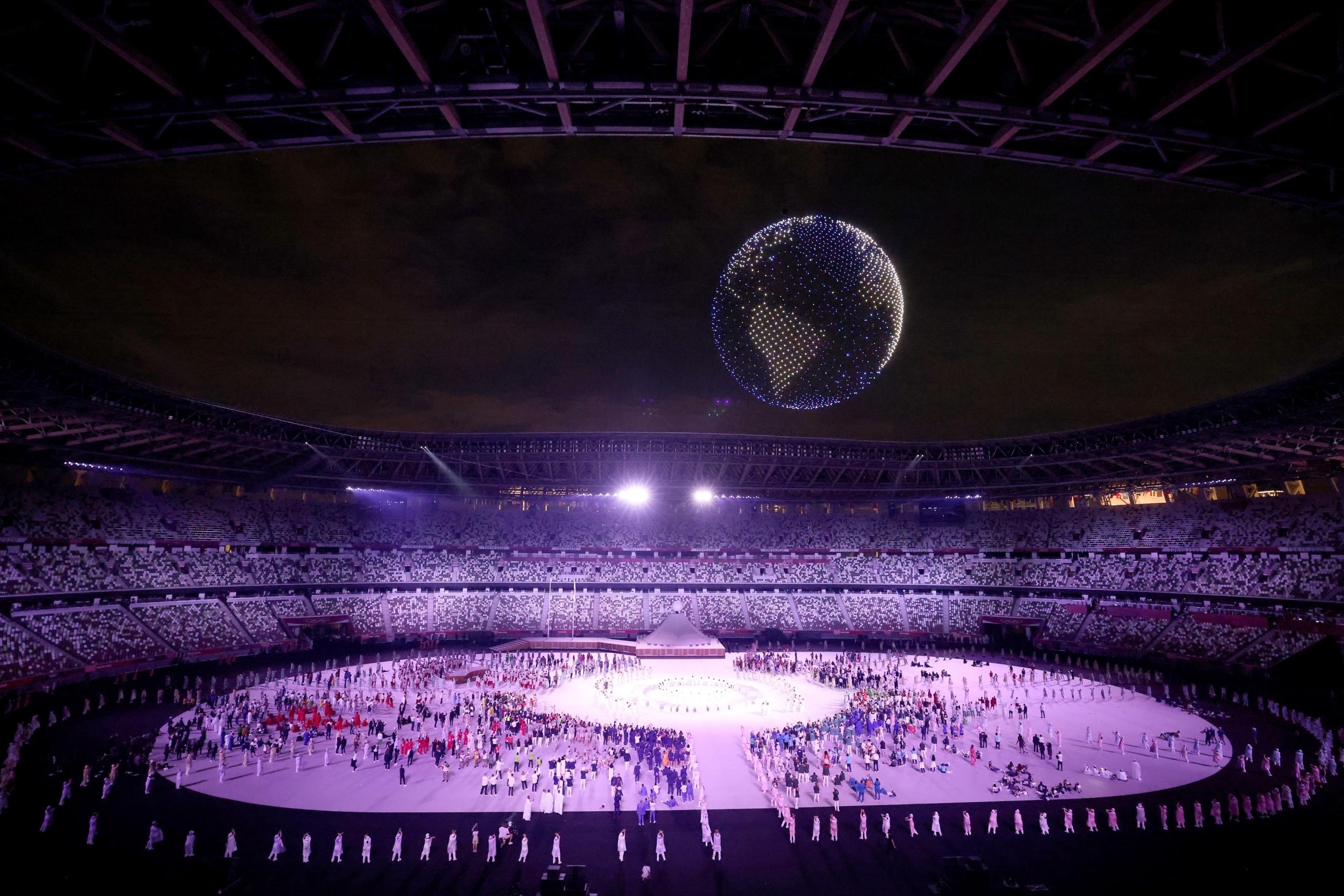 超美! 1824 無人機空中組成旋轉發光地球賀東奧開幕